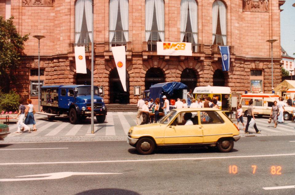 1982-Juli-Praesentaion-vor-Theater